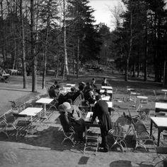 Ravintola Alppila   Timiriasew Ivan 1910—1919   Helsingin kaupunginmuseo   Ravintola Alppila. Ulkopöytiä. -- negatiivi, nitraatti, mv