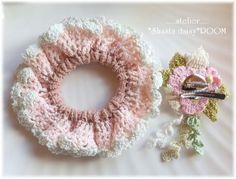 ダブルフリルのクロッシェシュシュ(ゴム交換O.K!)☆刺繍糸で編んだ薔薇コサージュ付(取り外し可能)☆ピンク