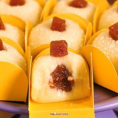 Brigadeiro Romeu e Julieta - Rezepte / Receitas - Sweets Recipes, Candy Recipes, Brigadeiro Recipe, Food Journal, Cooking Gadgets, Homemade Chocolate, Food And Drink, Yummy Food, Candy Art