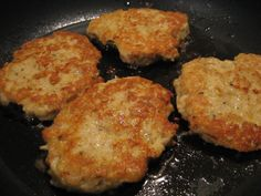 delicious crab cakes that stick together when you cook them! Open Fire Cooking, Jai Faim, Jalapeno Corn, Potato Latkes, Corn Cakes, Camping Meals, Camping Recipes, Looks Yummy, Great Recipes