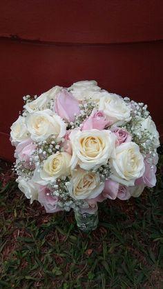 Rosas e gipsofila