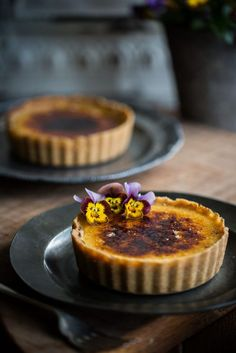 Crème Brûlée Tarts Why have I never thought of this? Tart Recipes, Sweet Recipes, Dessert Recipes, Cooking Recipes, Sweet Pie, Sweet Tarts, Just Desserts, Delicious Desserts, Small Desserts