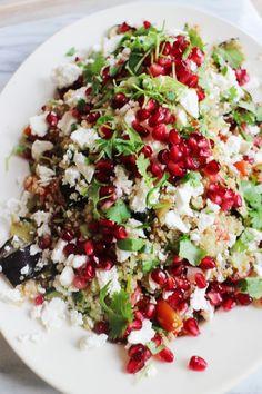 Quinoa salade met geroosterde groenten, feta en granaatappel.
