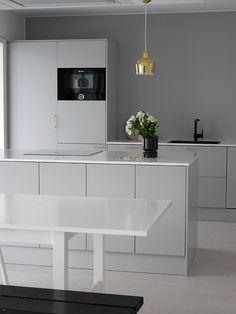 Kuvahaun tulos haulle gray kitchen and black Home Decor Kitchen, Kitchen Interior, Home Kitchens, Kitchen Design, Minimal Kitchen, Brown Kitchens, Dream Furniture, Beautiful Kitchens, Kitchen Styling