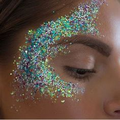 Glitter face makeup, glitter highlight, glitter make up, glitter hair Glitter Face Makeup, Glitter Face Paint, Eye Makeup, Glitter Eyeshadow, Alien Makeup, Glitter Highlight, Eyeshadow Palette, Glitter Carnaval, Make Carnaval