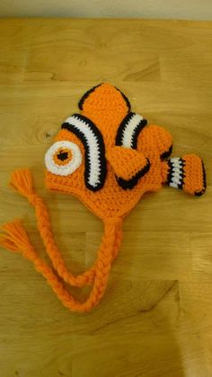 Crochet Clownfish Hat My friend& dad sells tropical fish and asked me to come up with a clownfish type hat for little ones. Crochet Fish, Crochet Cap, Crochet Baby Booties, Crochet Beanie, Cute Crochet, Crochet For Kids, Crochet Hooks, Crochet Christmas Hats, Crochet Winter