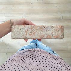 Eine uralte Backsteinwand in einem neuen Haus - so geht´s! - HEIMATBAUM Brick Tile Backsplash, Brick Tiles, Cool Kitchen Gadgets, Cool Kitchens, Bathroom Renos, Sweet Home, Diy Projects, Backyard, Design