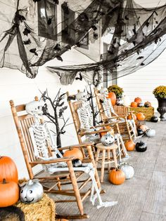 20+ Frightfully Festive Halloween Front Porch Decor Ideas Halloween Veranda, Casa Halloween, Looks Halloween, Farmhouse Halloween, Halloween Rocks, Happy Halloween, Outdoor Halloween, Halloween Costumes, Halloween Front Porches