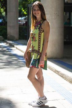 Cariocas apostam na tendência de combinar vestido com tênis. Você usaria?