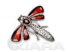 Metalowa ważka z oryginalnym kryształem w kolorze bordowym (siam) , wyraźne ażurowe szczegóły, galwanizowana starym srebrem. Emaliowane skrz...