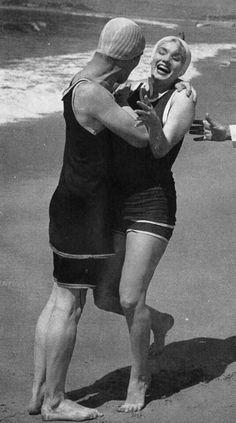 Marilyn Monroe having fun with Jack Lemmon on the set of SLIH, San Diego - Hot Girls Jack Lemmon, Hotel Del Coronado, Coronado Beach, San Diego, Tony Curtis, Hot Beach, Some Like It Hot, Cinema, Marilyn Monroe Photos