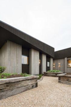 House Under Eaves. Designed by MRTN Architects. 오랜만에 보는 아주 단단하게 보이는 뉴질랜드...