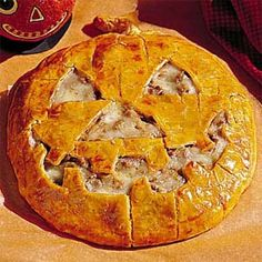 Jack-O'-Lantern Cheeseburger Pie - Halloween Recipes: Main Dishes - Southern Living Halloween Dishes, Halloween Food For Party, Halloween Treats, Halloween Foods, Spooky Halloween, Happy Halloween, Halloween 2020, Halloween Night, Vintage Halloween