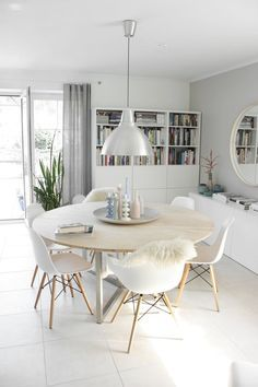 Retro Dining Rooms: Take a look at this dazzling dining room lighting with an amazing dining room decor Retro Dining Rooms, Dining Room Design, Ikea Dining Room, Ikea Table, Minimalist Dining Room, Interior Decorating, Interior Design, Decorating Ideas, Dining Room Lighting