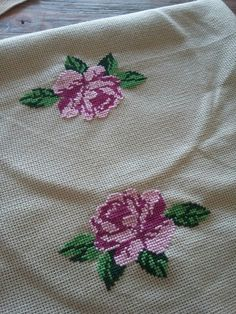 This Pin was discovered by Kub Mini Cross Stitch, Cross Stitch Rose, Cross Stitch Borders, Cross Stitch Flowers, Cross Stitching, Embroidery Fabric, Hand Embroidery Designs, Embroidery Stitches, Embroidery Patterns