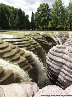 Fontaine Canyoneaustrate (contraction des mots « Canyon », « Eau » et « Strate ») de Gérard Singer. Parc de Bercy
