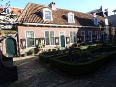 Deventer - Het Jordenshof (Kleine Overstraat). Het laatst overgebleven hofje in Deventer. Gesticht in 1644 door Joachim Keyzer in de Pontsteeg, en voortgezet door zijn schoonzoons Ewold Buser en Hendrik Jordens. Het beheer berust nog bij de fam. Jordens. In 1856 werd  het hofje verplaatst naar de huidige locatie. In 1930/1931 is het naar een plan vd Deventer architect ir. Knuttel (1886-1974) vernieuwd. Foto: G.J. Koppenaal - 16/2/2016.