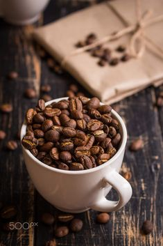 Coffee beans in a cups - Roasted coffee beans in a cups - Alles Kaffee . Coffee Type, I Love Coffee, Coffee Break, Coffee Photography, Food Photography, Cafe Rico, Café Chocolate, Chocolate Powder, Pause Café