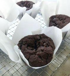 Sam's Club/Costco Knock-Off Jumbo Muffins – Mom-Makes… Muffin Tin Recipes, Cake Mix Recipes, Baking Recipes, Double Chocolate Chip Muffins, Chocolate Chips, Chocolate Chocolate, Chocolate Pudding, Yummy Treats, Yummy Food