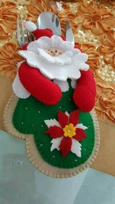 Porta cubiertos papá Noel Christmas Sewing, Christmas Fabric, Christmas Fun, Christmas Stockings, Felt Ornaments, Christmas Ornaments, Holiday Crafts, Holiday Decor, Christmas Table Decorations