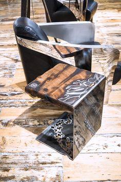 La Madone Table en acier et bois Dimension : 16'' largeur X 19'' hauteur X 14'' profondeur Dessin créé par le travail ton sur ton de l'acier (pas de peinture) Acier vernis laqué pour un fini miroir (entretient à l'eau sans tracas) / Wood and steel table Size: 16 '' width X 19 '' height X 14 '' depth Drawing created by the work tone-on-tone of the steel (no paint) Lacqueredsteel for a mirror finish (simple ... Metal Furniture, Cool Furniture, Furniture Design, La Madone, Steel Table, Laque, Creations, Loft, Decor