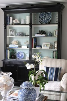 Bookcase Styling - Beautiful Blue & White Living Room with painting the back of the shelves of an antique cabinet to make accessories pop! Blue And White Living Room, Black Bookcase, Casa Clean, Muebles Living, Bookcase Styling, White Decor, Painted Furniture, Black Furniture, Living Room Decor