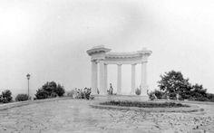 Біла альтанка була побудована в 1909 році на честь 200-річчя Полтавської битви, але потім стала символом дружби народів, 1955 рік.