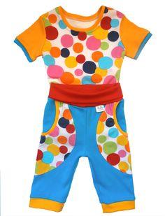 Dětské tričko puntíky a 3/4 tepláky. 3/4 tepláčky a tričko v kontrastních barvách je nepřehlédnutelné. Bavlna je příjemná na dotek a nošení. Savá a ideální do teplejšího počasí.