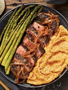 Peppercorn-Crusted Sirloin with Shallot Pan Sauce - Healthy Beef Recipes Steak Recipes, Cooking Recipes, Healthy Recipes, Good Food, Yummy Food, Yummy Lunch, Tasty, Hello Fresh Recipes, Juicy Steak