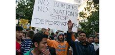 """Un manifestant tient une pancarte avec l'inscription """"pas de frontières, pas de nations, stop aux expulsions"""", à Athènes, le 30 mars 2016"""