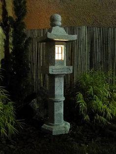 Lanterna para Jardim Japonês, esculpida em pedra sabão, detalhe que traz tradição e cultura japonesa para o seu jardim. Mais dicas e modelos no nosso site!
