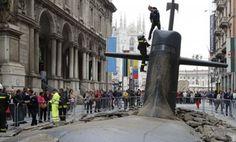 Sebuah kapal selam tiba-tiba muncul di jalan Via dei Mercanti, Milan. Banyak warga yang sedang lalu lalang di jalan tersebut sontak kaget melihat kapal selam jumbo yang muncul dari bawah tanah, Namun bila dilihat kembali ternyata video ini merupakan iklan dari perusahaan Asuransi bernama Europ Assistance IT.