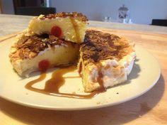 torta di meringa cotta con ciliegine candite.