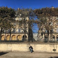 Enjoying the #afternoon #autumn #sunshine #sitting in the #garden #jardindestuleries #Tuileries #Paris (at Jardin des Tuileries)