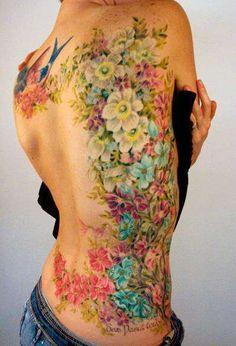 kobiecy tatuaż z kwiatami