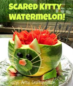 to make a cute scared kitty watermelon!How to make a cute scared kitty watermelon! Kitten Party, Cat Party, Watermelon Cat, Watermelon Carving Easy, Easy Birthday Desserts, Cat Themed Parties, Food Sculpture, Cat Birthday, Partys