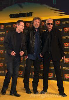 ロンドン(London)での記者会見に臨むレッド・ツェッペリン(Led Zeppelin)の(左から)ジョン・ポール・ジョーンズ(John Paul Jones)、ロバート・プラント(Robert Plant)、ジミー・ペイジ(Jimmy Page、2012年9月21日撮影、資料写真)。(c)AFP/ADRIAN DENNIS ▼24Apr2014AFP|レッド・ツェッペリン、未発表2曲を公開 リマスター版に収録