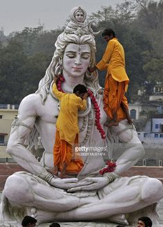 hindu-yoga-students-offer-a-garland-on-the-statue-of-their-idol-of-picture-id160643265 (736×1024)