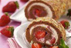 Kakaoroulade mit Erdbeeren (Foto Mona Lorenz) Mona, Kakao, Doughnut, Sweets, Cooking, Desserts, Fast Recipes, Strawberries, Easy Meals