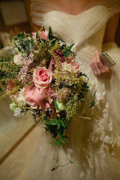 Buquê tão elegante! Tons de rosa e folhagens verdes.  Por Aparecida Helena Flores