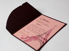 Parte interna em papel couchê 180g. Parte externa em papel 180g - consultar as cores disponíveis.