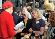Fotografe Charlotte Bogaert overhandigt Koningin Màxima een proefdruk van het aanstaande boek. 21 juni 2013 Met dank aan www.veenmanplus.nl