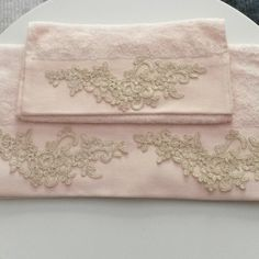 El ve yüz havlusu Embroidery Fashion, Ribbon Embroidery, Embroidery Patterns, Decorative Towels, Bathroom Towels, Bed Covers, Pillow Set, Luxury Bedding, Linen Bedding