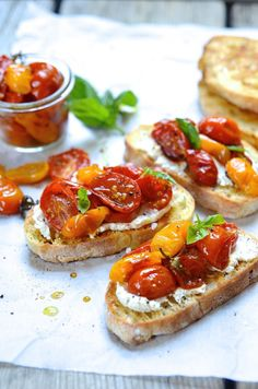An Italian favourite, quick and easy candied tomato bruschetta with creamy ricotta and goat's cheese - simply the best canapés for summer your drinks party! Tomato Bruschetta, Bruschetta Recipe, Canapes Recipes, Appetizer Recipes, Best Canapes, Canapes Ideas, Gourmet Appetizers, Love Food, A Food