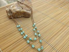 colar ouro velho,feito com corrente e azeitonas de vidro verde.