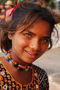 Participa hasta el 31 de agosto en el XI Concurso de Fotografía El Foton elfoton.com #elfoton15 #RetratoHumano Usuario: Kris (India) - Niña gitana - Tomada en Puskhar el 10/11/07 #photos #travel #viajes #igers #500px #Picoftheday #Fotos #mytravelgram #tourism #photooftheday #fotodeldia #instatravel #contest #concurso #instapic #instaphotomatix #wanderlust #India #Niña #gitana #Puskhar #Asia #Gipsy #girl #kid #beautiful #guapa