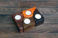 Portavelas de madera, sostenedor ligero del té Yandmade.  Estos candelabros son totalmente hechos a mano de madera. Artesano lo cubrió con barniz y tinta para madera. Productos hechos a mano son siempre exclusivos e inimitables. Ese magnífico toque de hogar le ayudará a crear ambiente en tu casa. Con estos candelabros brillará tu vivienda con originalidad y color brillante.  Bonito detalle para hacer su hogar más acogedor y cómodo.  Características: Material: pino Color: madera oscura…