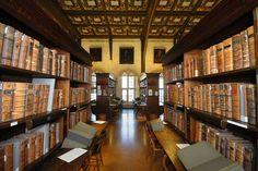 映画『ハリー・ポッター』で登場する、ホグワーツ魔法魔術学校の大広間や図書館。実はセットではなく、実際に撮影をしたロケ地があることをご存じですか?そこはなんと、世界の名門大学であるイギリス・オックスフォード大学!現在も使用されている約500年以上前に建てられた中世建築の大広間や図書館は、まさにホグワーツ魔法魔術学校。ハリー・ポッターファンであれば大興奮間違いなし!