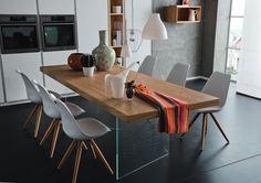 tavolo in rovere con piedi in vetro . I Tesori Coloniali arredamenti #itesoricoloniali #tavoli #rovere #cucina #altacorte #reggioemilia #arredamenti #vetro #design #legno #homestaging