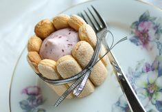 Deze mini charlottes met frambozen zijn helemaal niet moeilijk om te maken. De grootste uitdaging is misschien nog wel wachten totdat je ze kan opeten :) Recept: www.vertruffelijk.nl